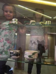 Edith og Ella, 5 år, klatrer rundt inne i montere på Sørlandets kunstmuseum. Foto: Karen Thommesen