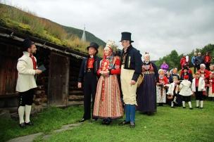 Brudefølget i Borgund (foto swo/ra)