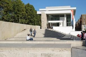 Foran Ara Pacis museet i Roma. Arkitekt Richard Meier. Foto: Siri Wolland