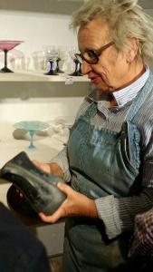 Glasskunster Ulla-Mari Brantenberg forteller. Foto: Siri Wolland