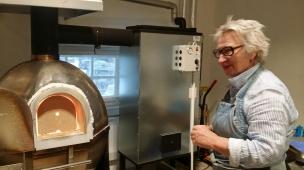 Glasskunstneren foran sin ovn på Glasslåven. Foto: Siri Wolland