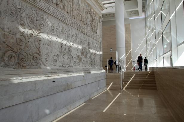 På innsiden av Ara Pacis museet i Roma. Arkitekt Richard Meier. Foto: Siri Wolland
