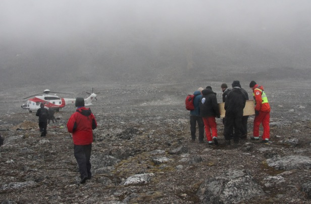 Hvalfangergravene fraktes til Museet i Longyearbyen. Foto: Siri Wolland