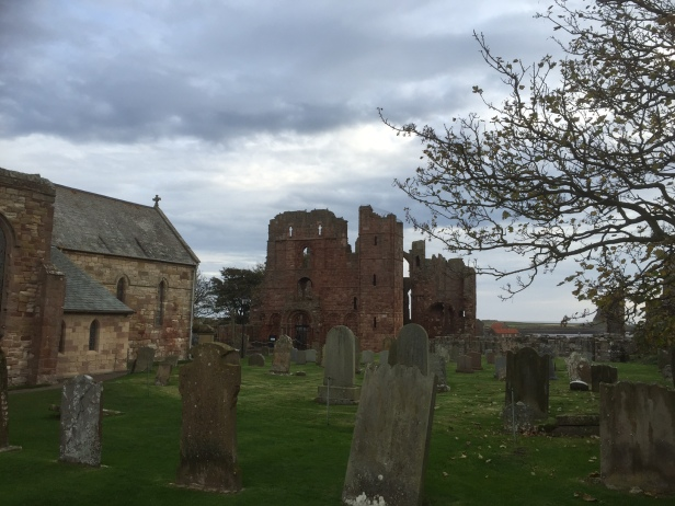 Ruinene av Lindisfarne kloster. Sognekirken som ligger ved siden av brukes fremdeles. Foto: Karen Thommesen