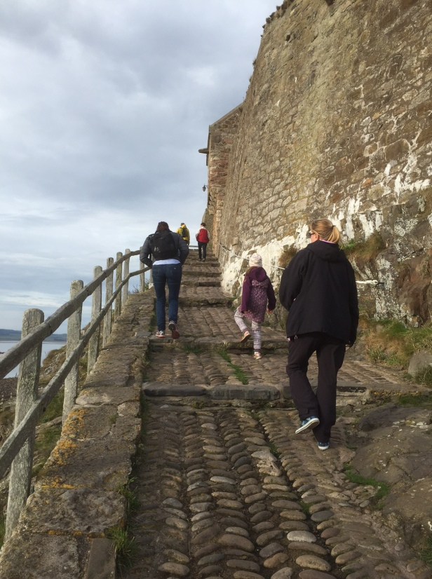 Bratt stigning opp til Lindisfarne slott. Foto: Karen Thommesen
