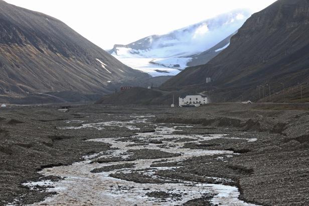 """Utkanten av Longyearbyen innerst i Adventdalen. Utsikt til """"Huset"""". Foto: Siri Wolland"""