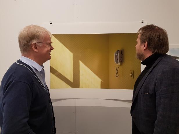 Kunstprat på fotograf og kunstner Birgit Holtermanns utstilling. Foto fra utstillingen: Siri Wolland