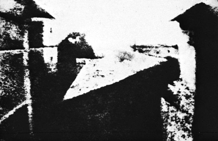 Verdens første fotografi, tatt av franskmannen Joseph N. Niepce i 1826, viser utsikten fra hans arbeidsværelse i Gras. Eksponeringstid: 8 timer av Joseph N. Niepce.