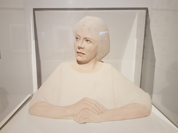 Glenys Barton (f.1944), Joan Bakewell, Baronesse. Foto fra utstillingen: Siri Wolland.