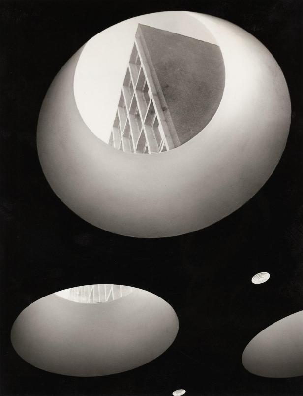 Foto Bjørn Winsnes, Administrasjonsbygning for Rikstrygdeverket, 1961. Arkitekt: Frithjof Stoud Platou. pressefoto fra Nasjonalmuseet - Arkitektur.
