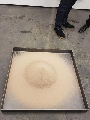 Fra sandsekken i taket til boksen på gulvet. Foto fra utstillingen: Siri Wolland