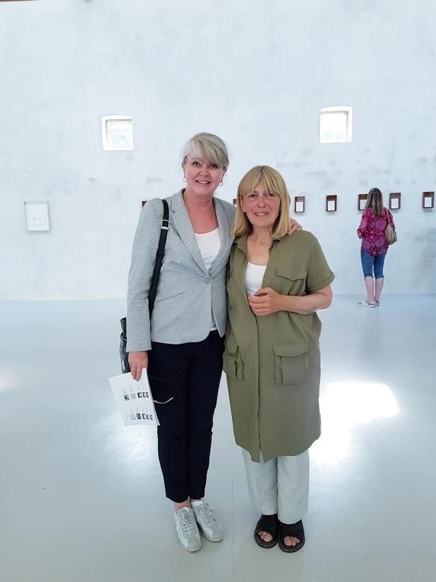 Kunstner Vera Wyller og bloggeren på utstillingen -In all ways, ARCHITECTURE. Foto; Tom Blomberg