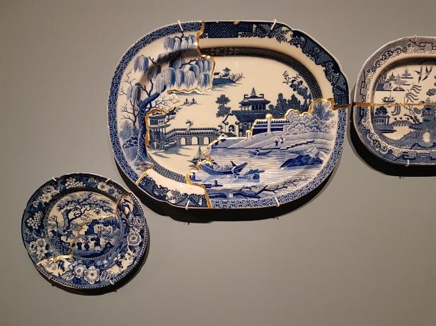 """Paul Scott (Britisk kunstner, 1953), Trees, Bridges and Gardens, 2008. (Basert på Japansk reparasjonsmetode """"Kintsugi"""" som limer sammen porselensbiter med gull.) Foto fra utstillingen: Siri Wolland."""