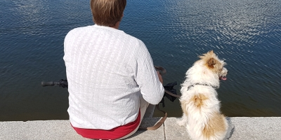 Bikkje og mann ved Sognsvann. Foto: Siri Wolland.
