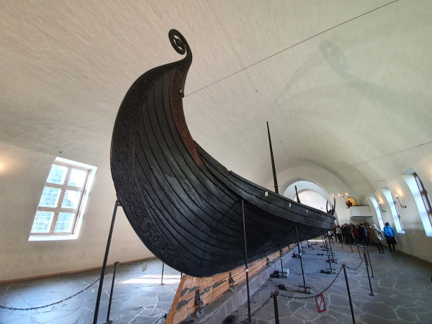 Osebergskipet var rikt utsmykket og utstyrt med overdådige gravgaver til de to kvinnene ombord. Restaureringen tok 21 år. Foto Siri Wolland