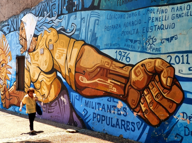 """Grafitti av mødrenes kamp for å få tilbake sine bortførte """"barn"""", under millitærdiktaturet 1976-83. Ref mødrene på mai-plassen. Foto Siri Wolland."""