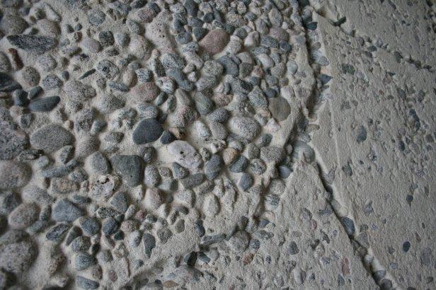 Nærbilde av elvegrusen i betongen som utgjør Picassos norske murkunstverk. Foto Siri Wolland.
