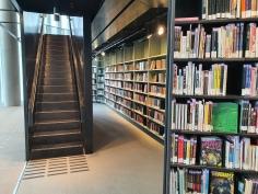 Små trapper og gjemmesteder i Deichman Bjørvika, av arkitektene Lund Hagem og Atelier Oslo, 2020. Foto Siri Wolland.