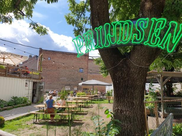 I bakgården ligger Prindsens hage med spisesteder og konsertmuligheter. Foto Siri Wolland.